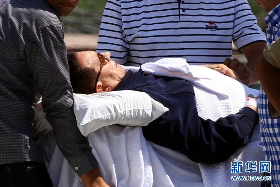 8月13日,在埃及开罗,医护人员将埃及前总统穆巴拉克运下直升机送回医院。