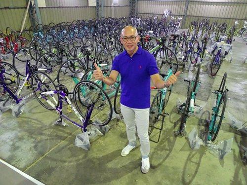 导演与自行车合影