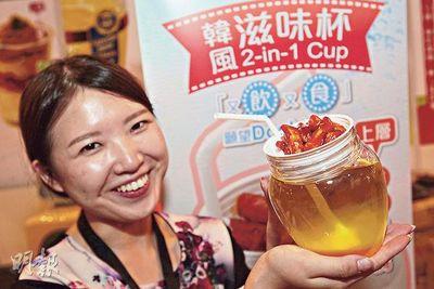 有参展商新推出上层盛有辣年糕和豆腐,下层有柚子果汁的韩风滋味杯,方便市民在美食展边行边饮食,同时宣传自家产品。(来源 香港《明报》)