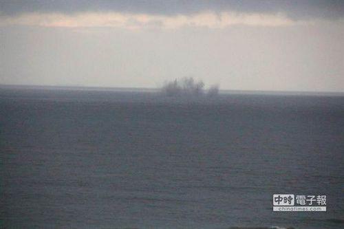 """炮弹准确命中海上目标区,展现台军勤训精练成果。图:""""中时电子报"""""""