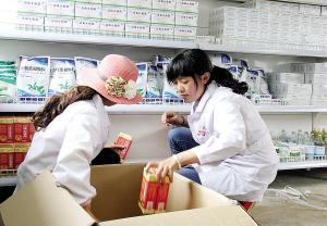 药房工作人员在摆放药品。