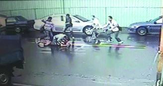 宋姓嫌犯(倒地者)掏枪拒捕,疑误扣扳机,子弹贯穿头部死亡。