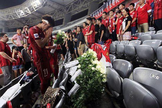 东亚队的球迷在陈莉常坐的位置上摆放了一件东亚球衣,并准备了700朵白玫瑰献给她。澎湃新闻 孙湛 图