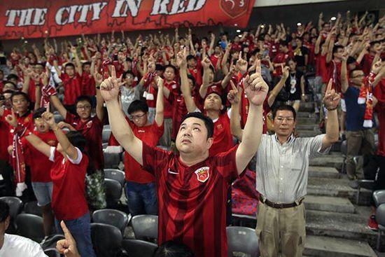天狼星球迷会在8月13日晚的上海东亚与河南建业的比赛前后,悼念陈莉。澎湃新闻 孙湛 图