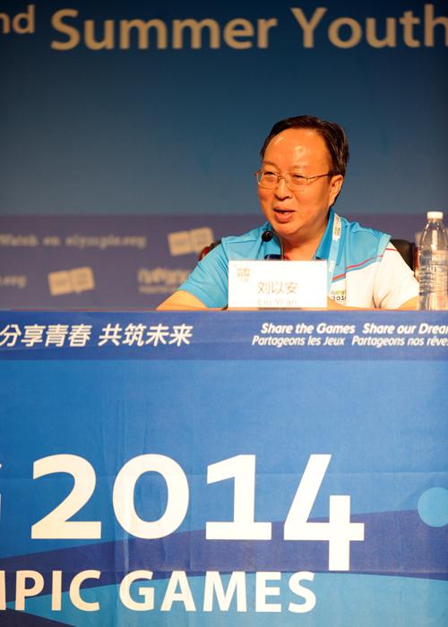 南京青奥组委常务副秘书长刘以安在新闻发布会上答记者问。摄影:夏一方