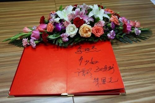 评选活动结束后李绍杰、刘宽新、朱恩光、李少白、谭明老师签名留念。