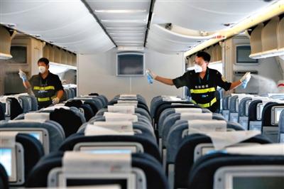 昨日,首都国际机场,一架来自德国法兰克福的航班抵达后,检验检疫人员对机舱进行消毒防疫。法兰克福是西非埃博拉出血热疫区的旅客进入中国可能的中转地之一。 新华社记者 沈伯韩 摄
