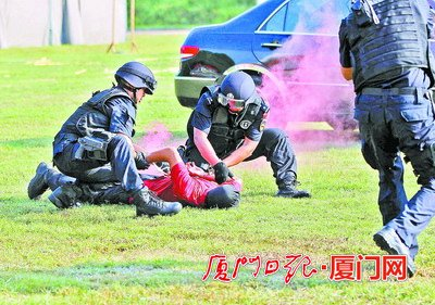 特警突击队控制嫌疑人
