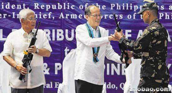 阿基诺(中)在奎松市出席军方的武器配发仪式,将M-16步枪分发给士兵。