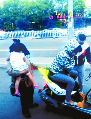 现场市民拍下了肇事摩托车及司机的照片。