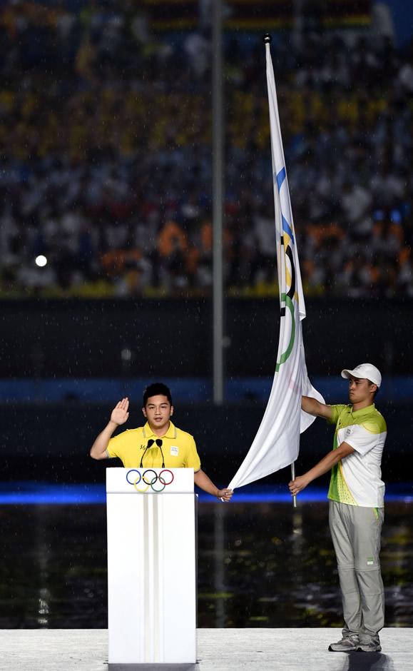 图文:青奥会开幕式举行 樊振东代表运动员宣誓