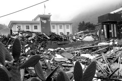 鲁甸龙头山镇政府的办公房,亦在地震中倒塌。