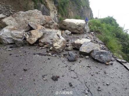 通往震中务基八角村的交通受阻