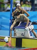 图文:混合4X100米自由泳 与队友握手庆祝