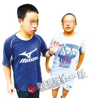 小康(左)和小林告诉记者,发小经常到黑网吧导致学习成绩严重下降。