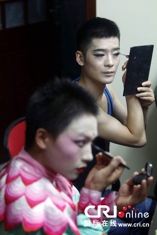 图片故事:男子反串女孩舞蹈表演9年 在郑州买