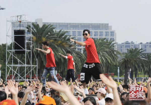 苏醒头顶烈日与两千大妈跳广场舞