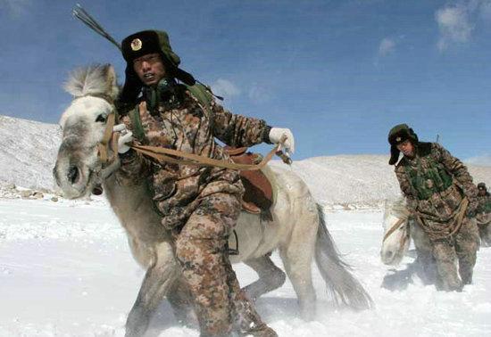 中印边境巡逻的解放军战士.-印媒 中国启用西藏新铁路 将加强军队