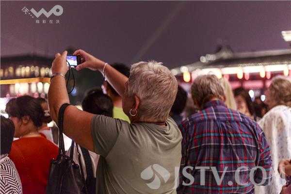 昨晚笔者在夫子庙看到,许多黄头发绿眼睛的外国人,三五成群正在游览图片