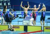 图文:女4X100米混接力中国队夺冠 向观众致意