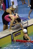 图文:女4X100米混接力中国队夺冠 抵达终点