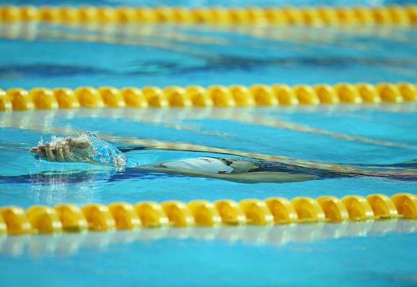 图文:女4X100米混接力中国队夺冠 比赛进行中