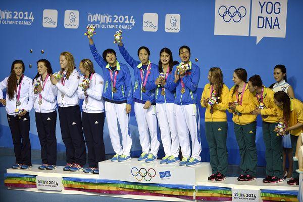 图文:女4X100米混接力中国队夺冠 登上领奖台