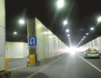 成都天府广场下穿隧道内,应急掉头标志处禁行栏杆被抬起。