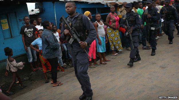 赶到隔离中心的警员曾开枪警告数以百计的抢掠者,但无济于事。