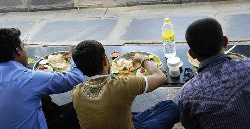 品尝咖喱大餐 揭秘印度人吃饭为何用手抓