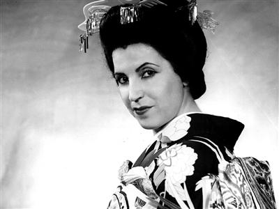 莉奇亚・阿尔巴尼斯在歌剧《蝴蝶夫人》中的装扮。