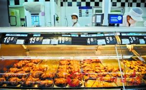 """深圳沃尔玛超市被曝熟食用油""""一个月不换"""" 再刺食品原材料之痛,图为工作人员在沃尔玛深圳洪湖店销售熟食(8月8日摄)。据新华社"""