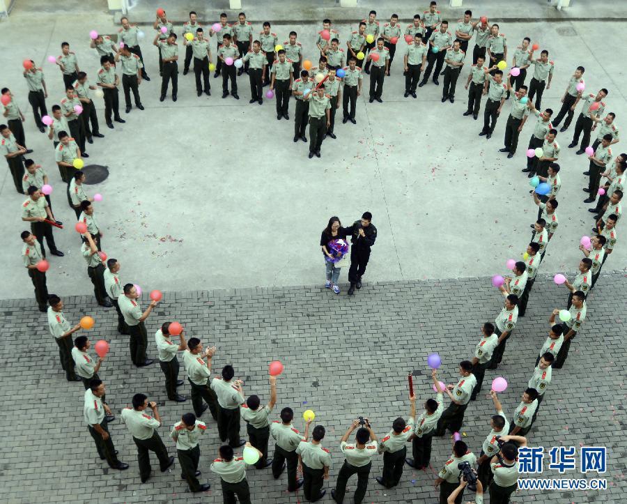 警营里上演浪漫求婚 特战尖兵感动女友