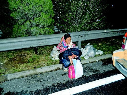 路政人员赶到时,产妇抱着孩子坐在路边。 通讯员 摄