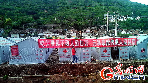 王海京副会长向捐赠人代表介绍红十字会鲁甸灾区人道救援情况 陈启洪 摄影