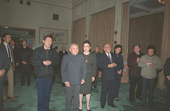 1991 年 2 月 14 日,邓小平和国家主席杨尚昆(右二)向上海党、政、军负责人祝贺新年,上海市委书记、市长朱�F基陪同。