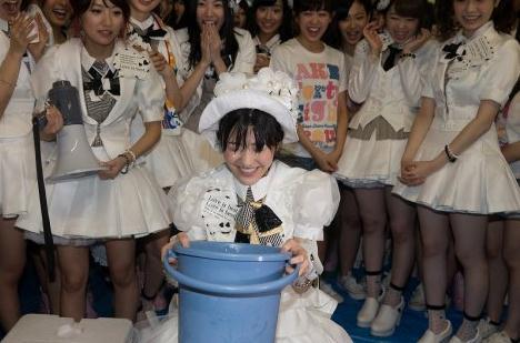 渡边麻友代表AKB48自愿接受冰水挑战