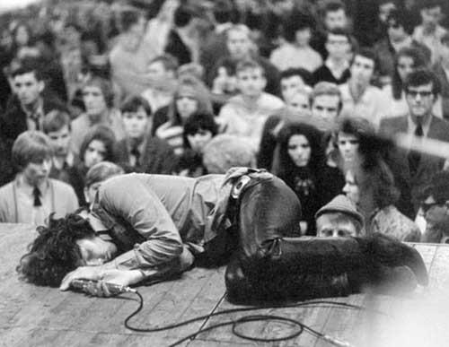 Jim Morrison的现场演出显然受到致幻剂的严重影响