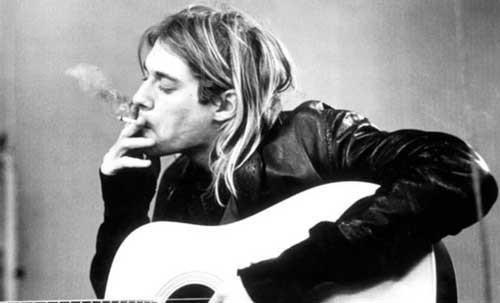 在Cobain不少照片中,都能看到他在抽大麻。