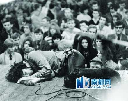 Jim Morrison的现场演出显然受到致幻剂的严重影响。