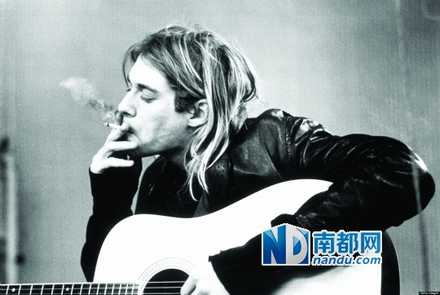 在Cobain不少照片中,都能看到他在抽大麻