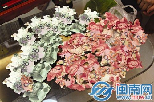 老太太的家人将受损比较小的钞票整理出来