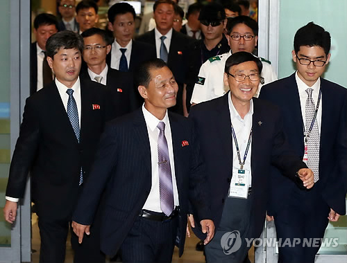朝鲜代表团一行8人抵达韩国仁川机场。