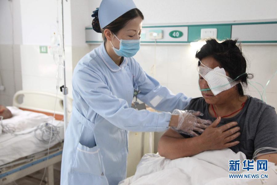 四川 康定/8月22日,甘孜州人民医院医护人员在对伤员进行检查。新华社发...
