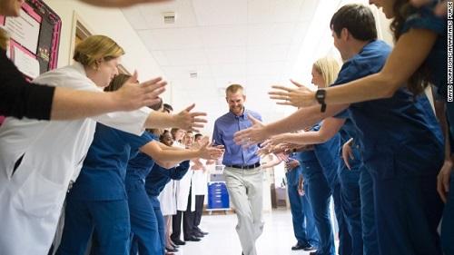 当地时间8月21日,因在利比亚感染埃博拉病毒而回美治疗医生肯特・布兰特利出院。