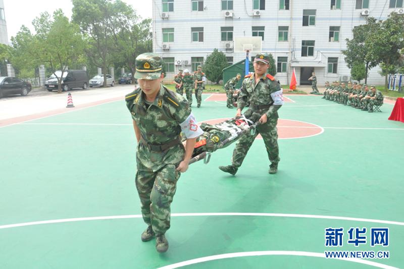 官兵正在运送伤员
