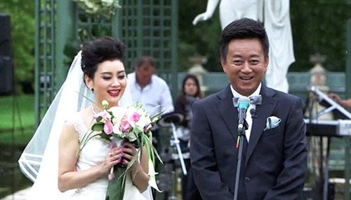 50岁朱军与妻子法国办婚礼 现场动情唱民歌/图