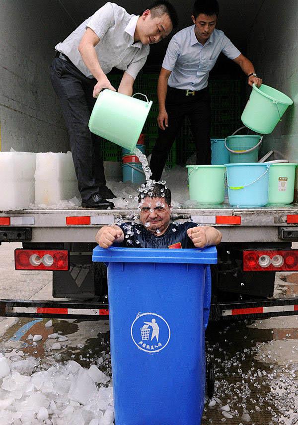 """8月22日,陈光标""""冰桶挑战"""",称完成了一项在冰桶蹲30分钟的新纪录。"""