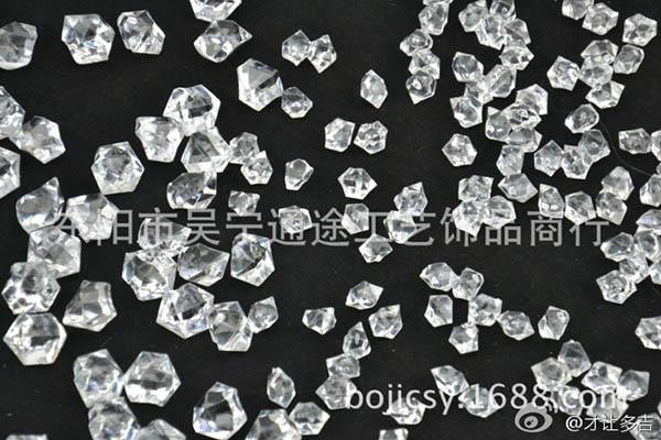 """""""才让多吉"""" 在微博中上传的图片,指出陈光标所用冰块应为厂家直销亚克力仿真冰块。"""