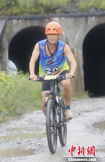 图为山地赛开赛,运动员比赛三地车项目。 周毅 摄